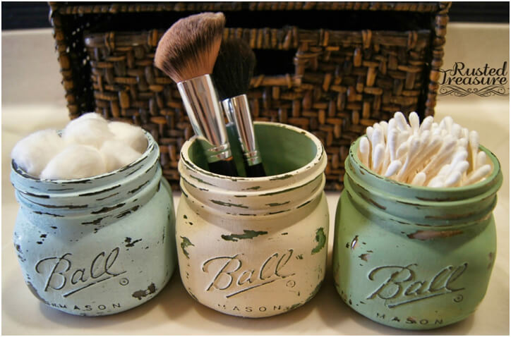Using-Small-Painted-Mason-Jars-to-Hold-Little-Bathroom-Items